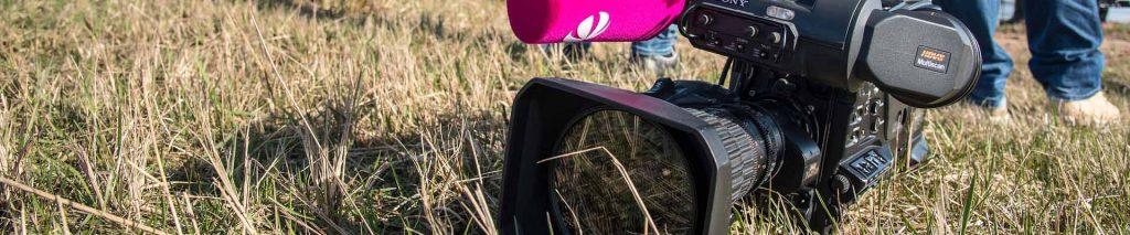 Exemple de crise. Caméra posé au sol dans un champs pour montrer l'arrêt de tournage d'un documentaire à charge grâce au travail de VP STRAT dans le cadre d'une communication de crise