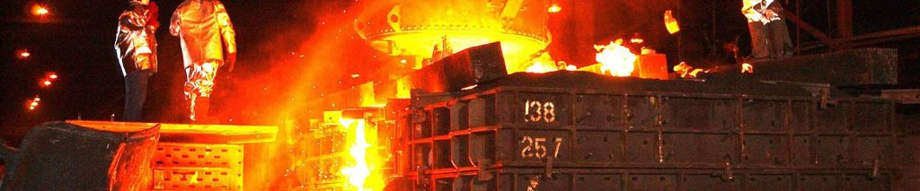 Exemple de crise. Montre une aciérie en train de faire fondre du métal. Un dossier géré par VP STRAT dans le cadre d'une communication de crise.