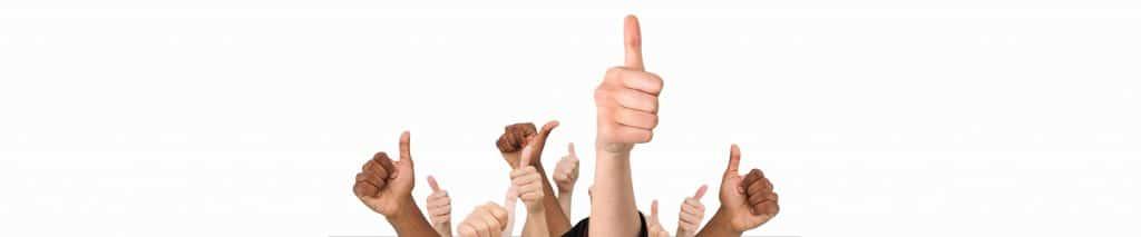 Exemple de crise. Des mains levées pour illustrer la résolution d'une communication de crise.